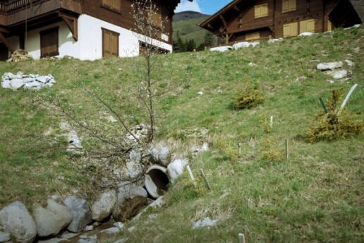 Chalets with drainage pipe
