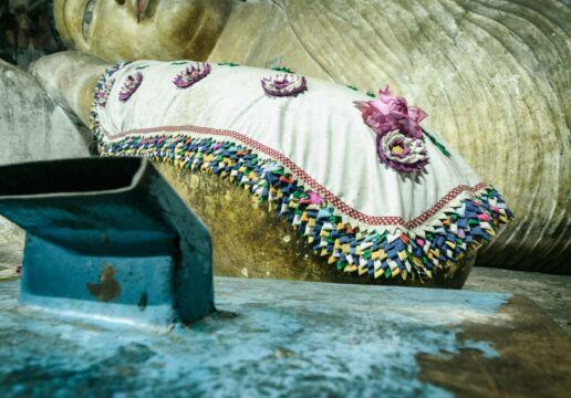 lying Bouddha sculpture